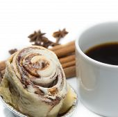Постер, плакат: Cinnamon Roll Bun With Coffee