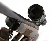 Sniper rifle com escopo isolado no fundo branco.