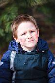 Poco lindo al aire libre niño vestido para la celebración de la Pascua en Finlandia