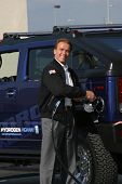 LOS ANGELES - OCT 22: Arnold Schwarzenegger fills up the first Hydrogen Hummer H2 at the Hydrogen Fu
