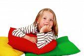 Lindo filho em almofadas coloridas