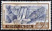 Índia - por volta de 1970: Um selo imprimido na Índia mostra hidrelétrica por volta de 1970