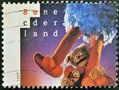 Holanda - por volta de 1996: Um selo imprimido na Holanda shows Tommie Ieniemienie e c Pino (apenas as pernas)