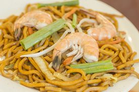 pic of lo mein  - Authentic Chinese Shrimp lo mein noodles at a restaurant - JPG