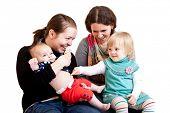zwei junge Mütter mit ihren Töchtern. isoliert auf weiß