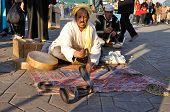 Encantador de serpentes em Marrakech