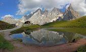 Chalet de la Dolomity, de la belleza, Italia Segantini bajo pico de Pala