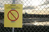 Señal de advertencia de peligro en inglés