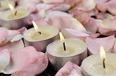 Bodegón romántico - vela y pétalos de rosa