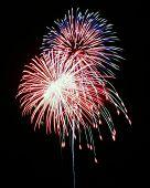 Eine Nacht Himmel voller Feuerwerk explodiert