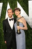 WEST HOLLYWOOD, CA - 24 de fevereiro: Adam Shulman, Anne Hathaway no Vanity justo Oscar partido ao pôr do sol para