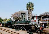 Trem a vapor para afastar-se da Estação de Parque da Capital em Pretória, África do Sul