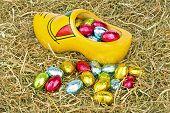 Постер, плакат: Традиционные голландские деревянные засорить маленькие шоколадные яйца
