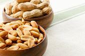 Cacahuetes en cuencos de madera