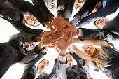 trabajo en equipo de personas de negocios en una oficina con las manos juntas - aislado