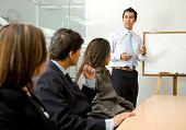 homem de negócios, fazendo uma apresentação em um escritório