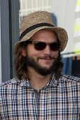 LOS ANGELES - 19 SEP: Ashton Kutcher op the Jon Cryer Hollywood Walk of Fame sterren ceremonie in Holly