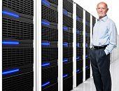 homem e data centers com lotes de servidor