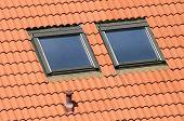 2 Garret Fenster auf ein rotes Dach