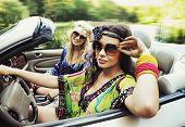 Duas mulheres jovens dirigindo um carro