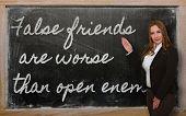 Lehrer zeigt falsche Freunde sind schlimmer als die offene Feinde an Tafel