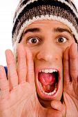 Portret van een jonge man schreeuwen