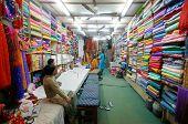 DELHI - JAN 19: Damen Auswahl Stoff für Saris im Textil-Shop am 19. Januar 2008 in Delhi, Indien