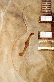 Постер, плакат: Винтаж гитара на старой бумаге фоне