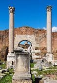 Säulen und Ruinen der Basilika Aemilia im römischen forum