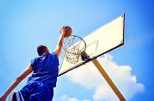 Basketball-Spieler in Aktion fliegen hoch und scoring