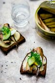 ������, ������: toasts with tinned sprats
