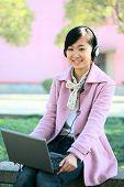 joven asiática estudio portátil en la Universidad