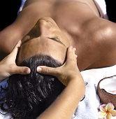 masaje de hombre de cerca con coco y flores