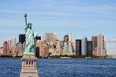 El monumento estatua de la libertad contra el horizonte impresionante de la ciudad de Nueva York.