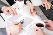 Imagen del equipo de trabajo trabajar con documentos en la reunión de negocios