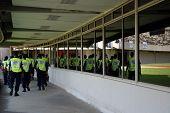 Grupo de agentes de segurança no estádio