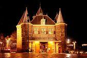 Постер, плакат: De Waag здание в Амстердаме Нидерланды ночью