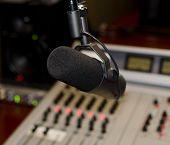 Parte de um painel de mixagem em um estúdio de rádio