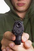 Homem apontando uma arma.