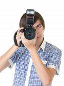 由数字照相机做照片的年轻男子摄影师