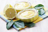 deliciosa tartelette com coalhada de limão