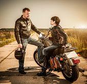 Biker hombre y niña se sienta en una bici