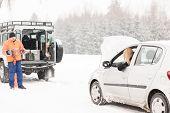 Inverno assistência homem ajuda mulher problema colapso carro neve estrada