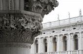 Grabados en la columna en Italia