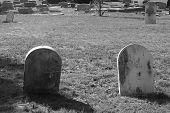 Dos viejas lápidas en negro & blanco