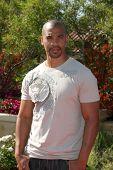 LOS ANGELES, 11 de julho: Aaron Spears chega a Birgit C. Muller Fashion Show no rancho de Chaves J