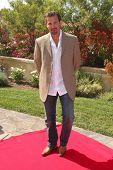 LOS ANGELES, 11 de julho: Paulo Benedeti chega a Birgit C. Muller Fashion Show no rancho de Chaves