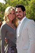 LOS ANGELES, 11 de julho: Cindy Ambuel & Don Diamont chega a Birgit C. Muller Fashion Show, em Cha