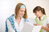 Estudante em casa - dois jovem estudar juntos