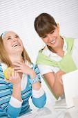 Estudante em casa - dois jovem feliz com Laptop